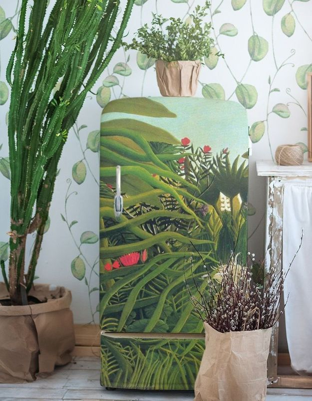 Du papier peint pour cacher le réfrigérateur