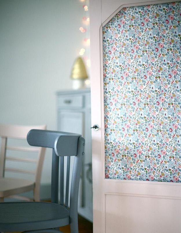 Du papier peint pour décorer la porte