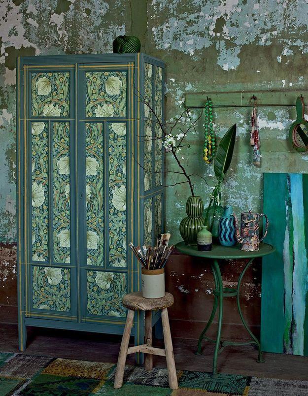 Du papier peint pour habiller une vielle armoire