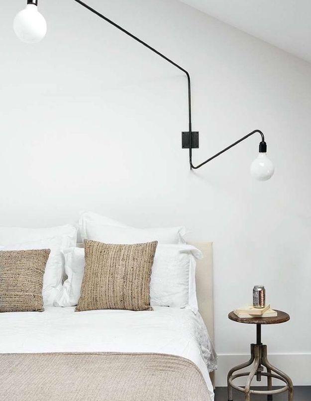 Apporter de la personnalité à un mur blanc en l'éclairant de luminaires design