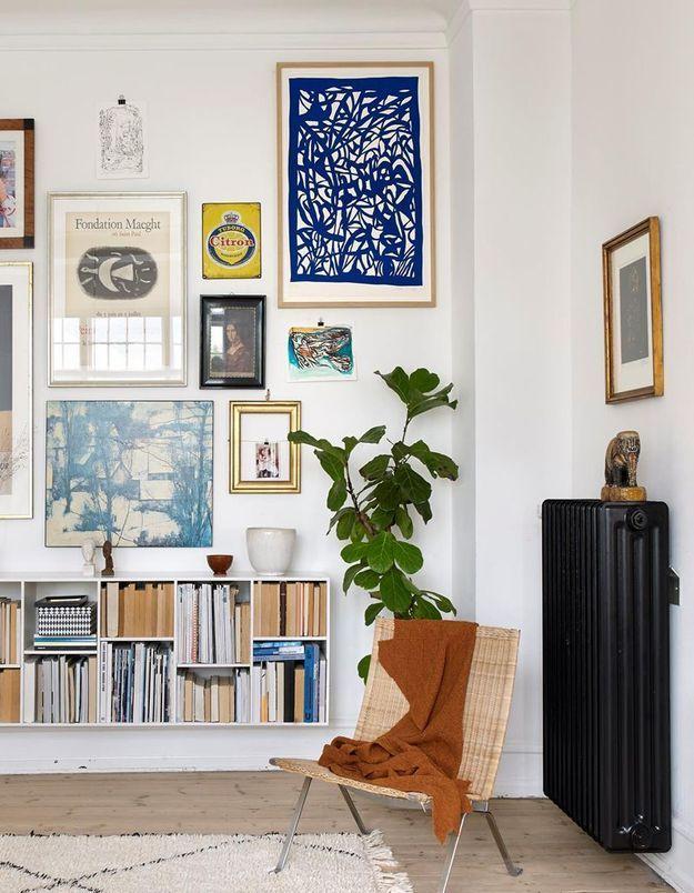 Apporter de la personnalité à un mur blanc en l'habillant de différents cadres muraux
