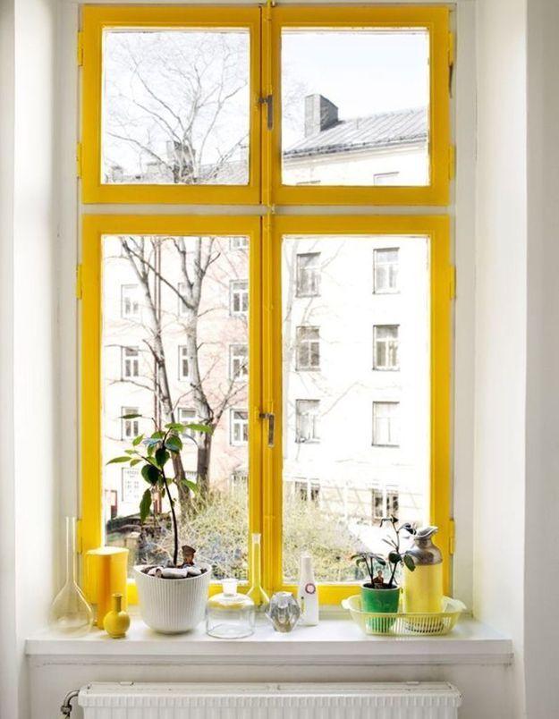 Apporter de la personnalité à un mur blanc en peignant les encadrements de fenêtre ou de porte dans une autre couleur
