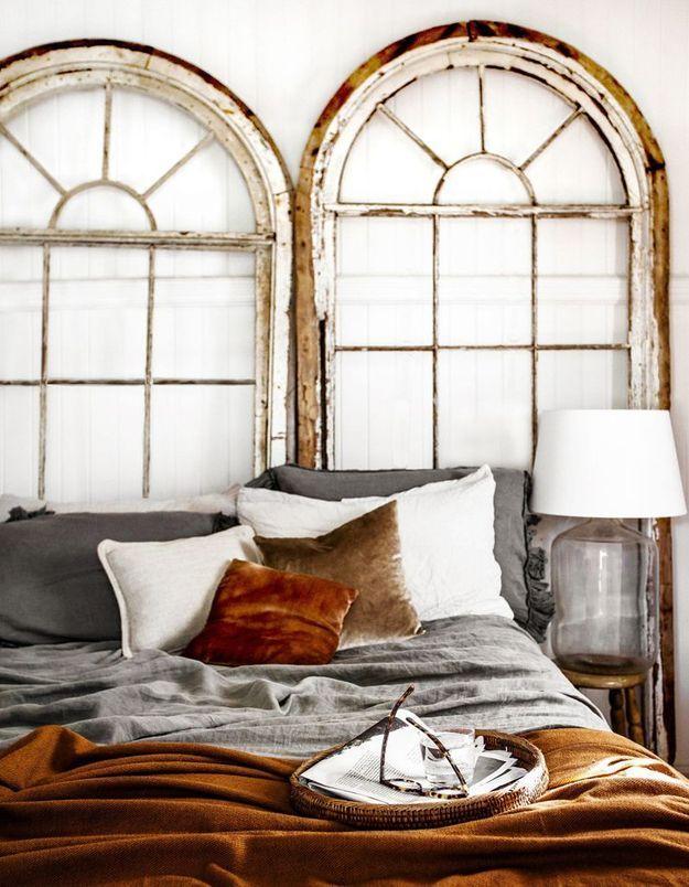 Apporter de la personnalité à un mur blanc en imaginant une tête de lit originale
