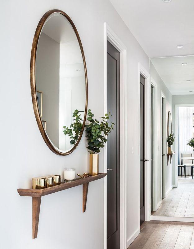 Apporter de la personnalité à un mur blanc via un miroir XXL