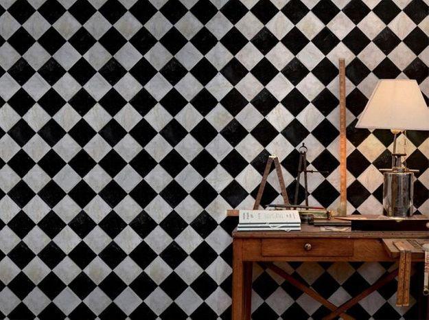 Un papier peint noir et blanc effet échiquier en marbre
