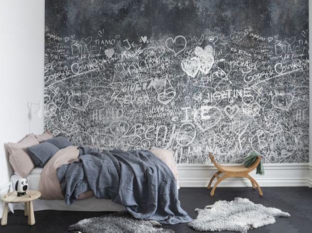 Un papier peint noir et blanc effet graffiti