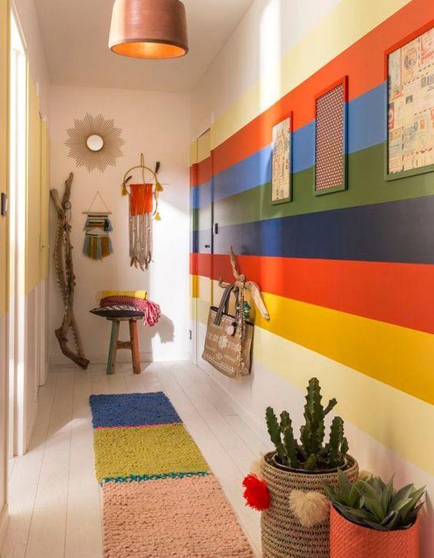Peindre son couloir via des bandes de peinture multicolores
