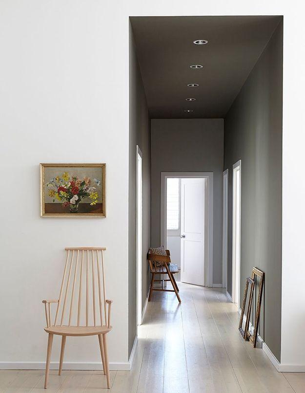 Peindre son couloir via des murs et un plafond gris