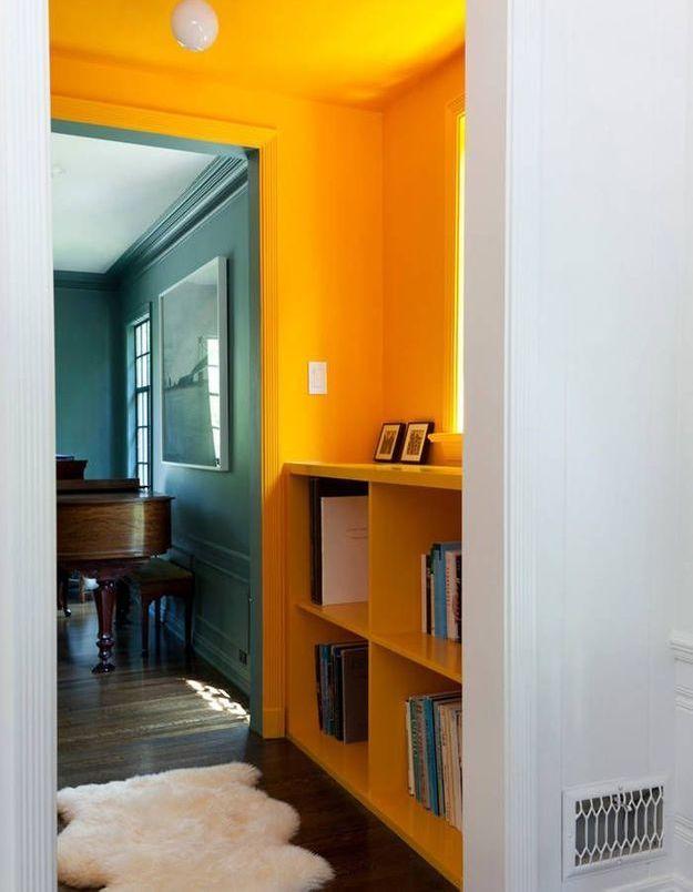 Peindre son couloir via des murs et un plafond jaune tournesol