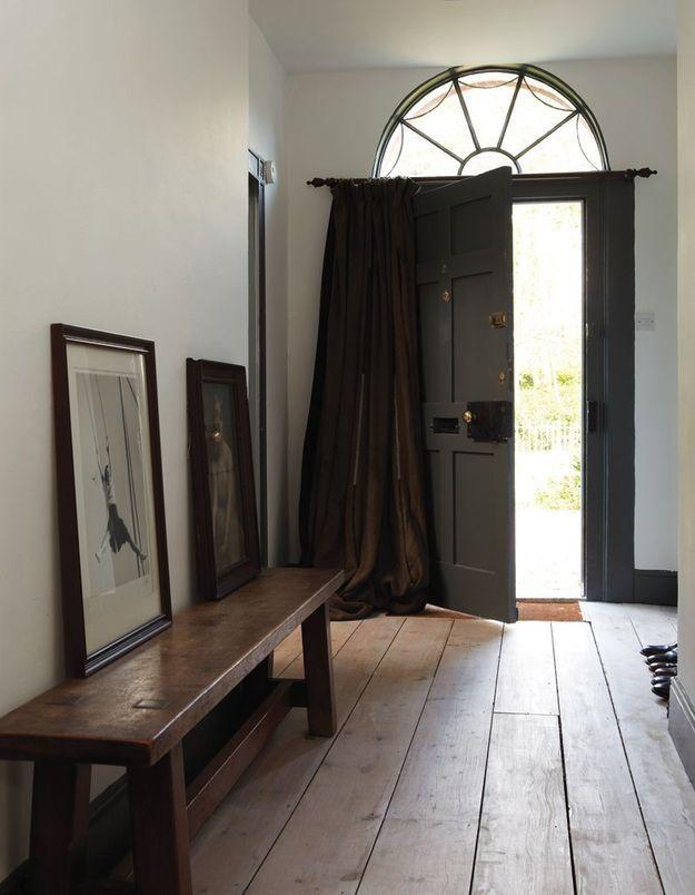 Peindre son couloir via une porte et des plinthes gris anthracite