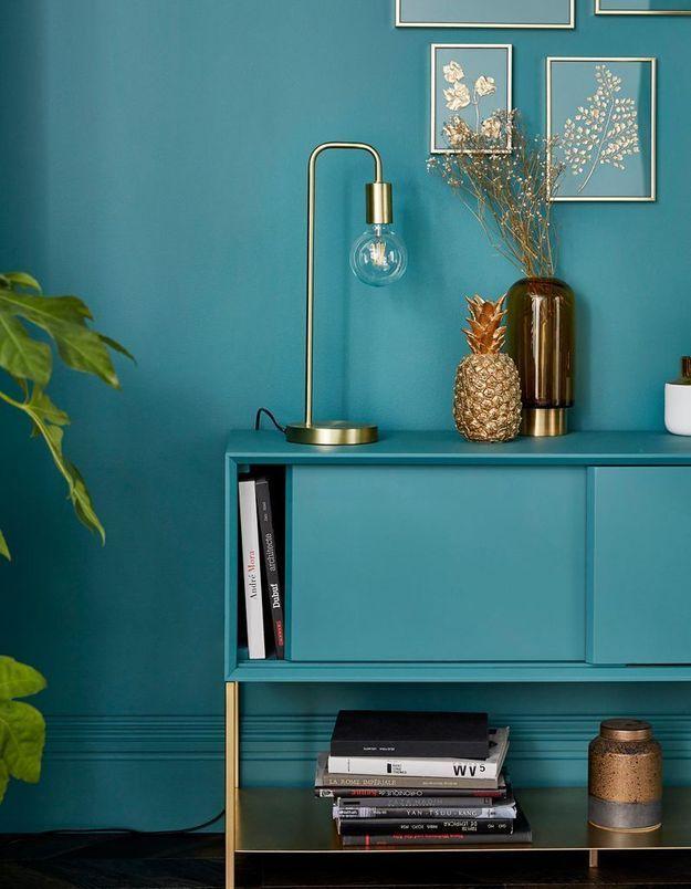 Un mur bleu turquoise comme le meuble qui l'habille au salon