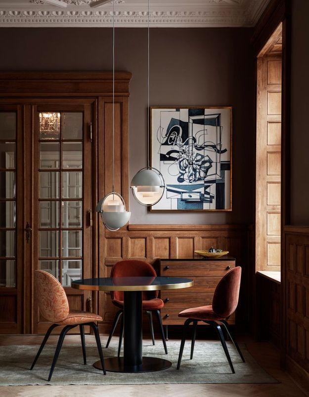 Un mur chocolat et bois dans le coin salle à manger
