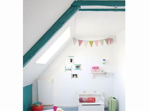 Des poutres colorées dans une chambre