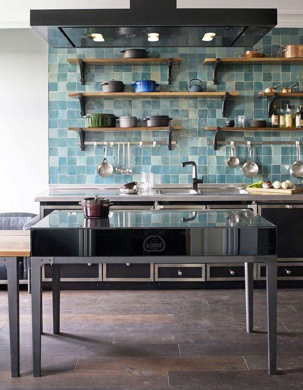 Des zelliges bleus dans une cuisine de campagne