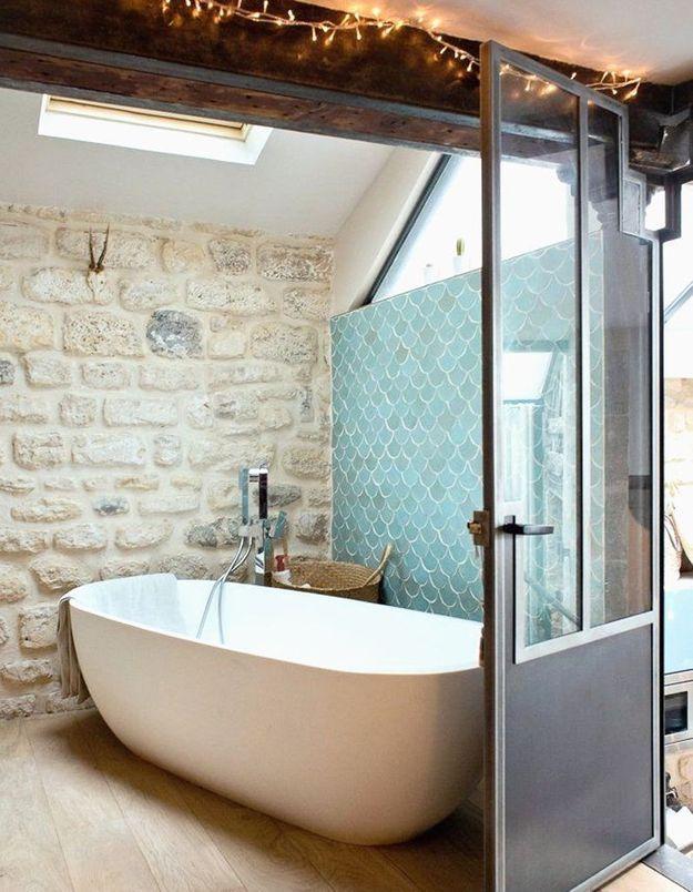 Des zelliges bleus dans une salle de bains design