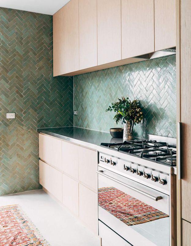 Des zelliges verts dans une cuisine tendance