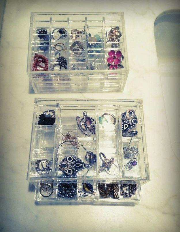 Les bijoux dans des boîtes à mini compartiments