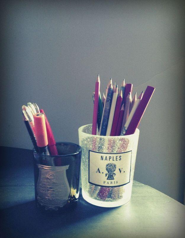 Les crayons dans les pots de bougies