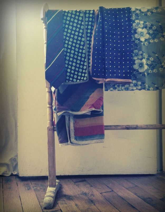 Les foulards sur un porte serviette