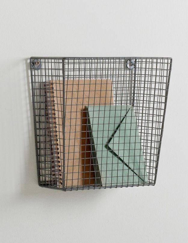 Un panier au mur pour le courrier