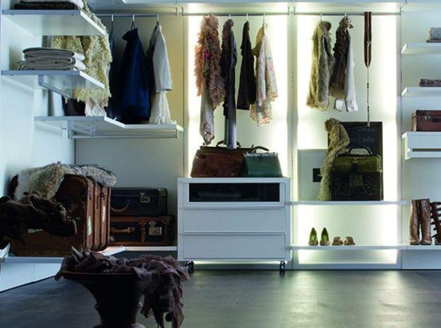 Un placard avec des malles et des valises