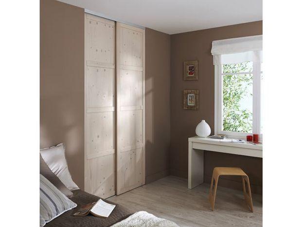 Des portes de placard coulissantes en bois