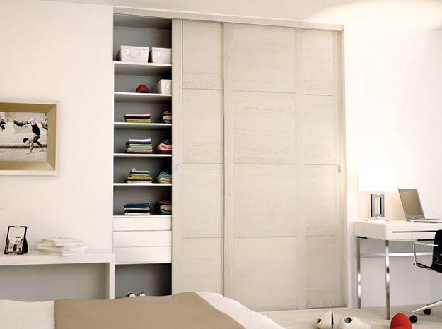 Des portes de placard en bois blanchi et brossé