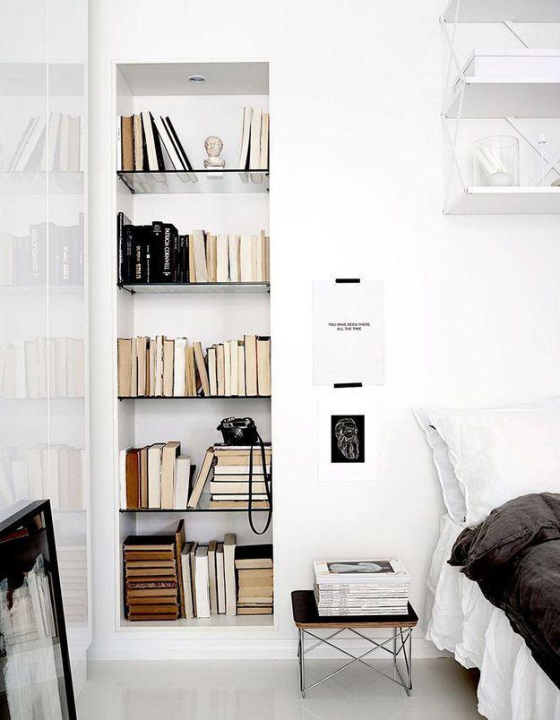 Une petite bibliothèque organisée dans une niche