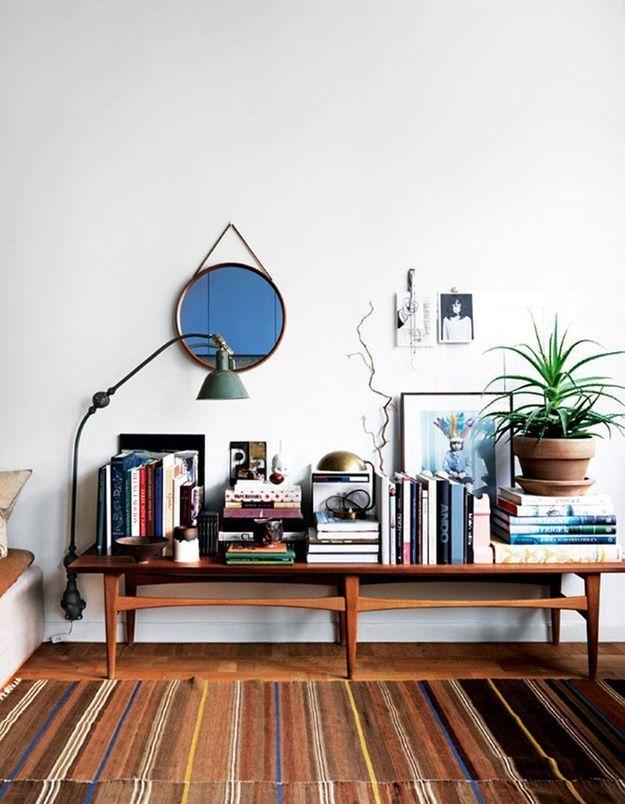Une petite bibliothèque organisée sur un banc