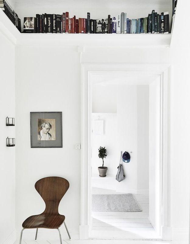 Une petite bibliothèque via une étagères au-dessous d'une porte