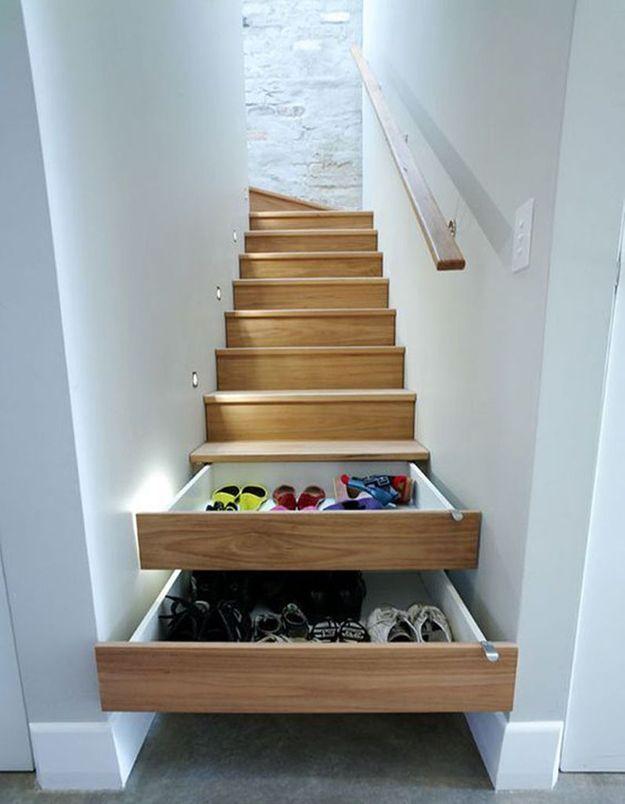 Ranger ses chaussures dans les tiroirs d'un escalier