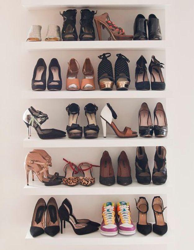 Ranger ses chaussures en utilisant de petites étagères