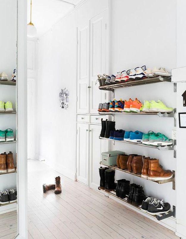 Ranger ses chaussures sur des étagères en métal