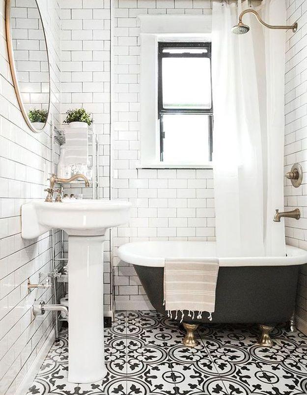 Carreaux de ciment noirs et blancs dans la salle de bains