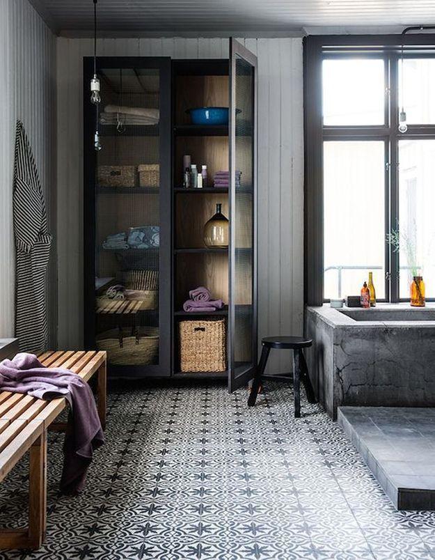 Carreaux de ciment très graphiques dans la salle de bains
