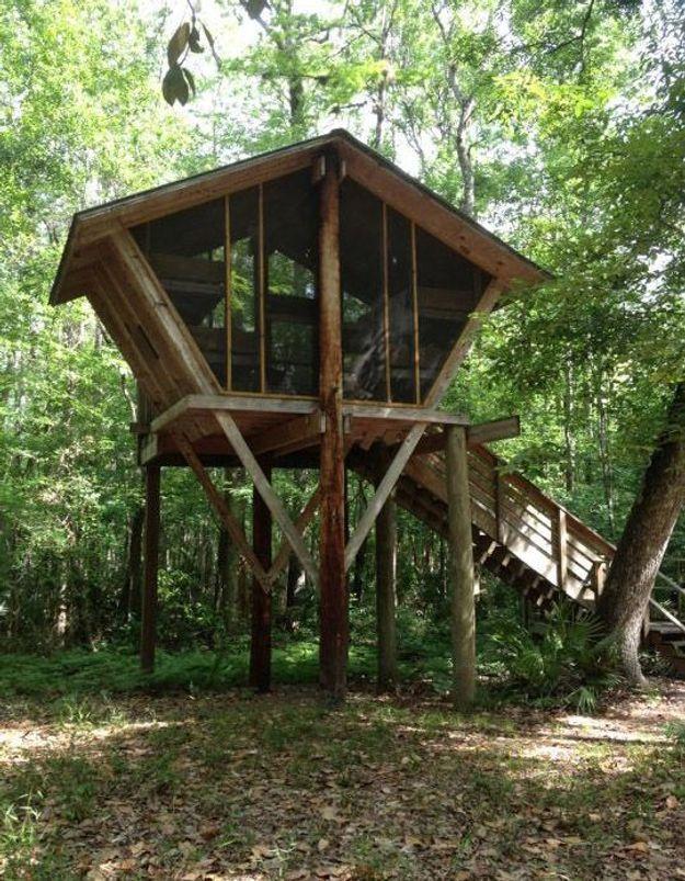 Une cabane d'architecte octogonale et vitrée
