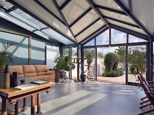 Une véranda avec un toit géométrique