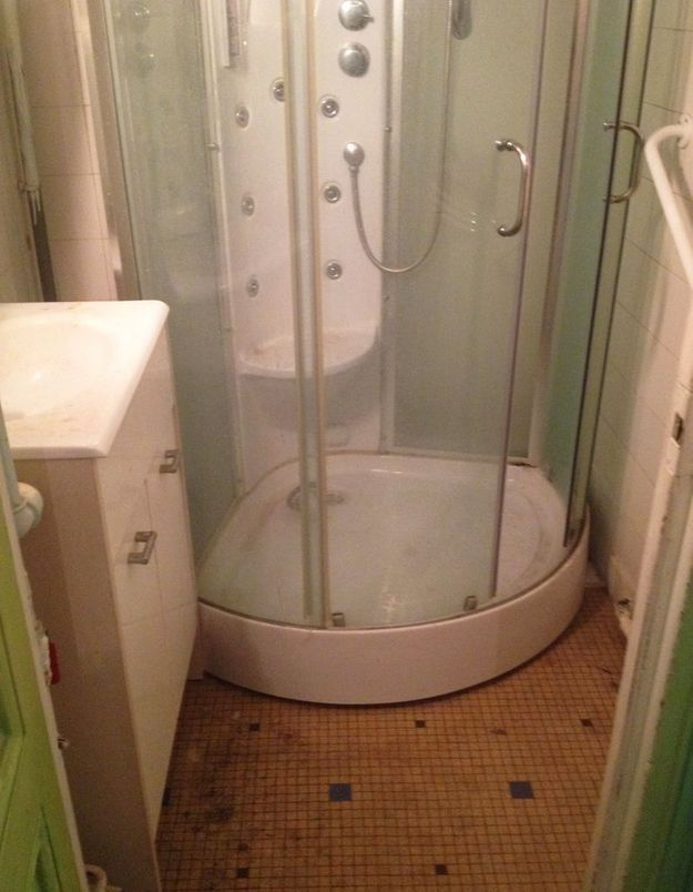 Avant : une salle de bains clairement désuete