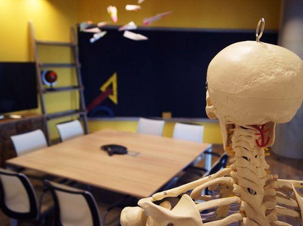 Une salle de réunion aux airs de salle de classe