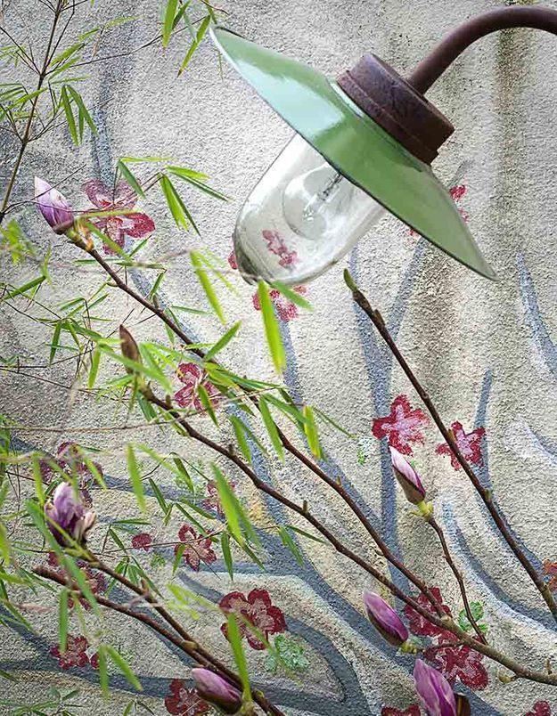 Des fleurs peintes sur un mur