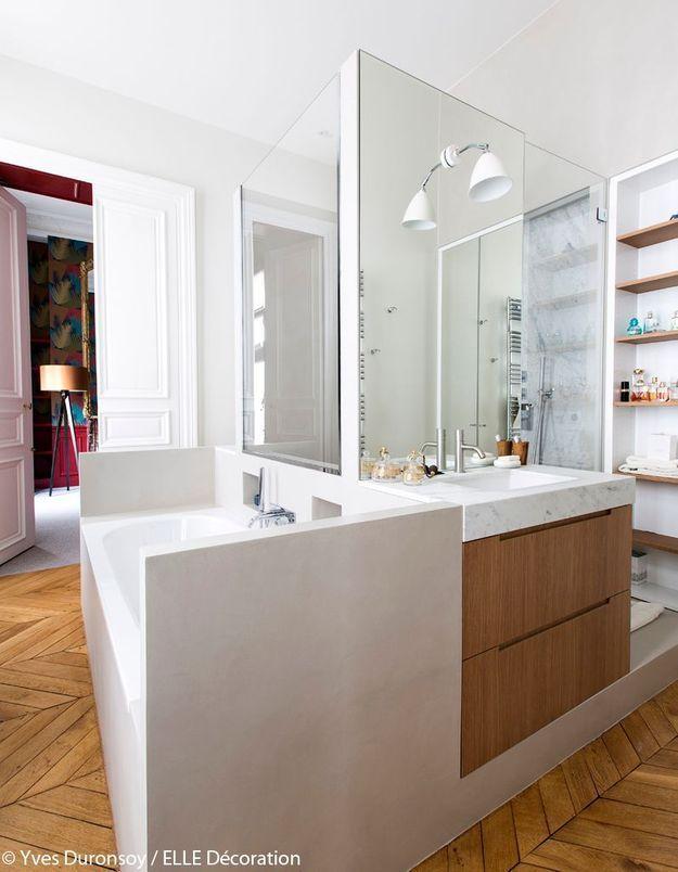 Une salle de bains avec îlot
