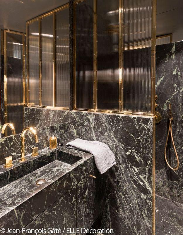 Salle de bains en marbre vert et laiton