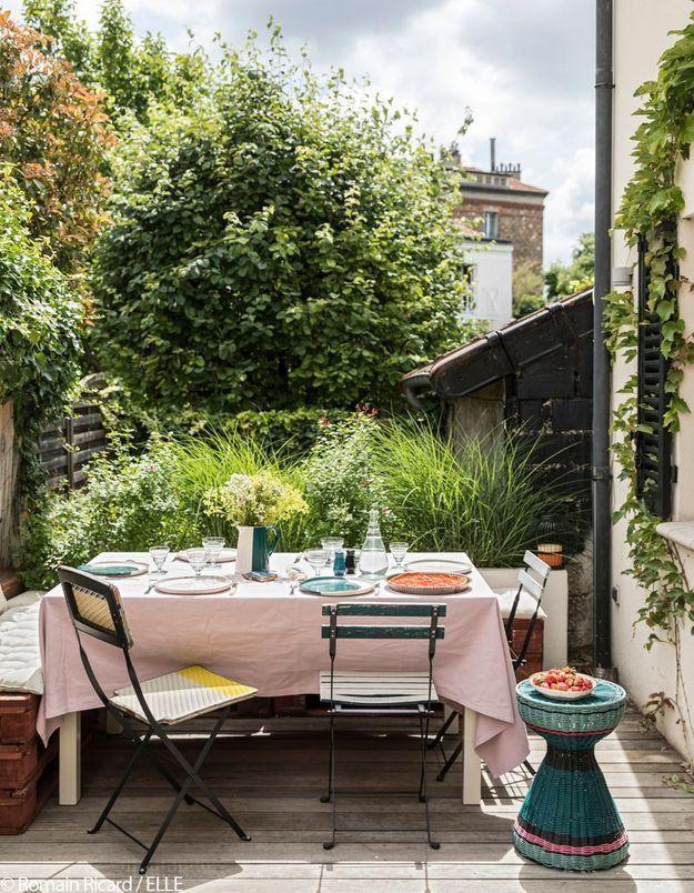 Un coin repas ensoleillé sur la terrasse