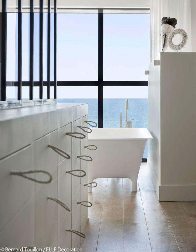 Une salle de bains à l'air balnéaire