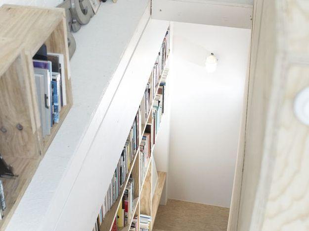 Un escalier avec bibliothèque