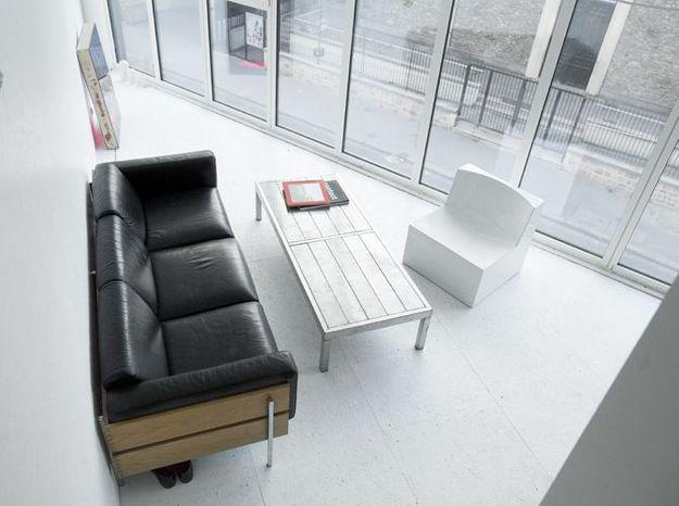 Un salon avec une immense baie vitrée