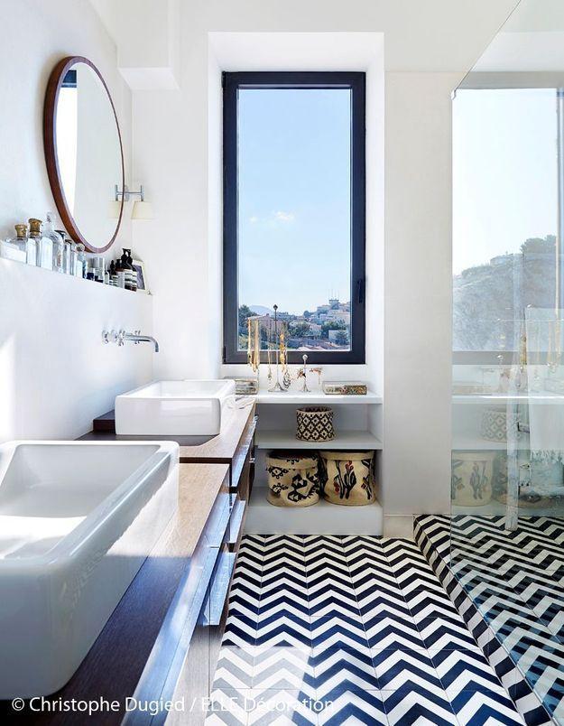 Une salle de bains chic et graphique