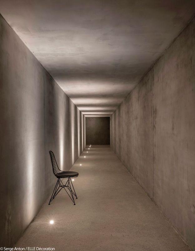 Un couloir en béton brut au sous-sol