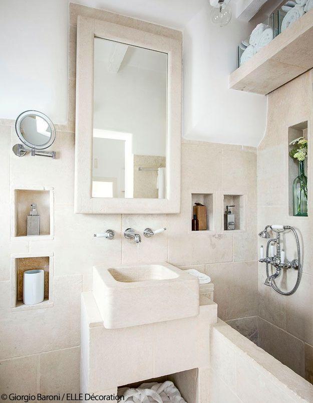 Une salle de bains en pierre