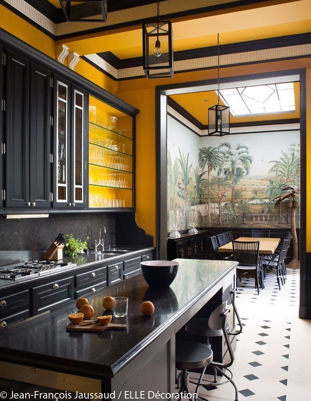 Une cuisine jaune et noire